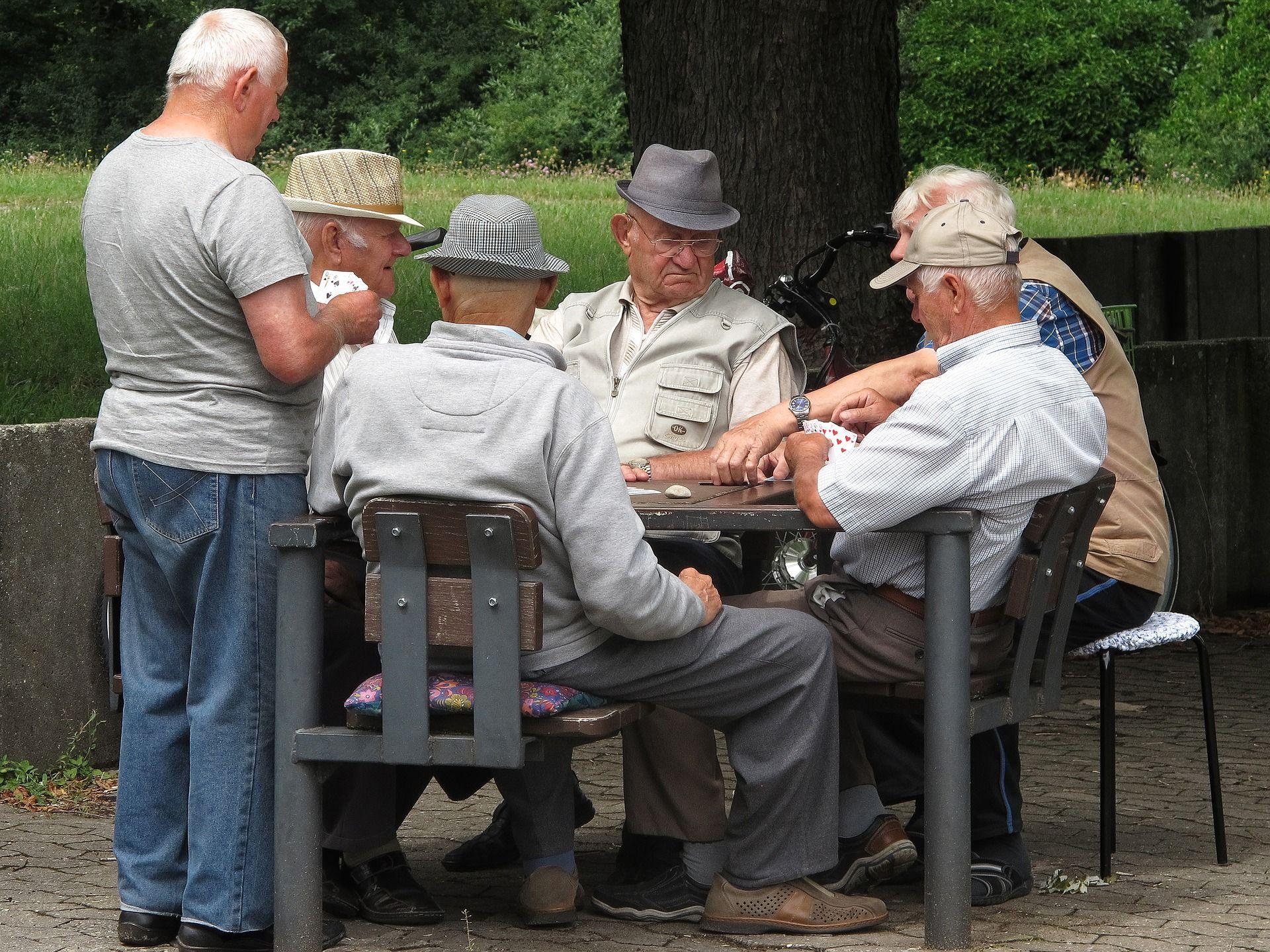 Rentner spielen Karten