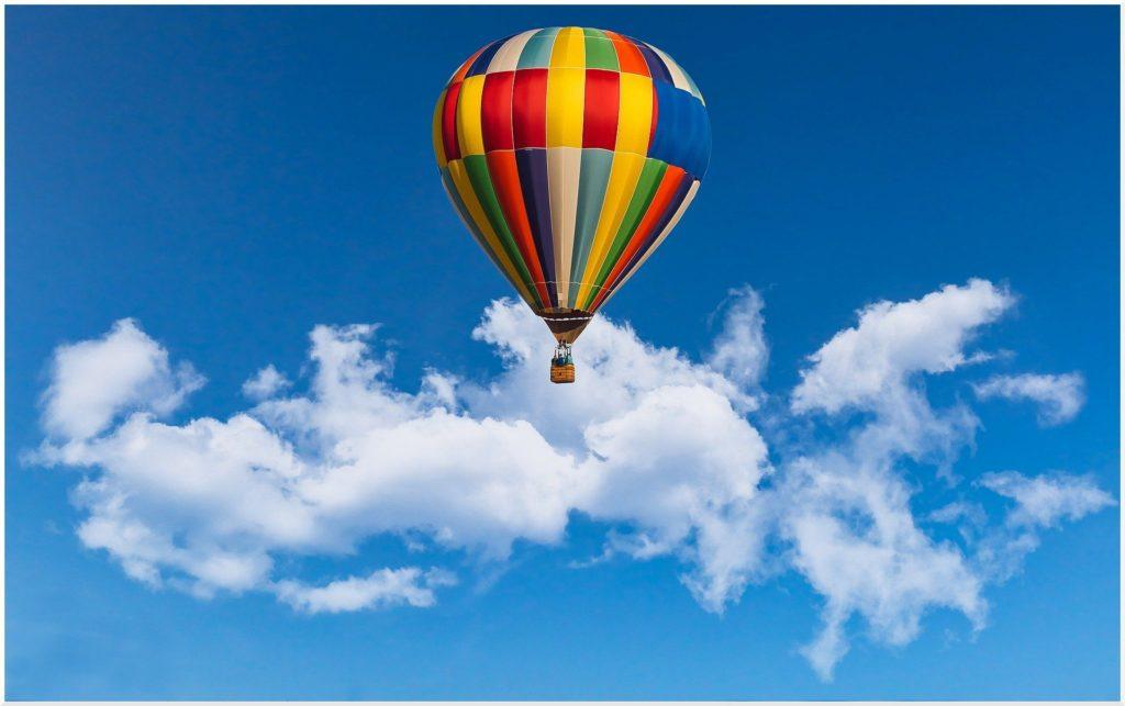 Heissluftballon fliegt am blauen Himmel